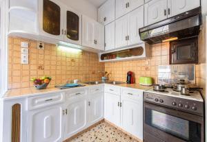 Petralona Cosy Penthouse, Apartmanok  Athén - big - 3
