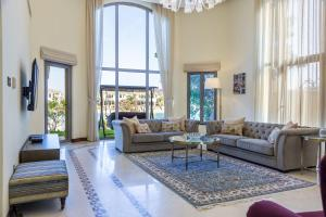 Chic 5BR Villa with Private Pool on Palm Jumeirah - Dubai