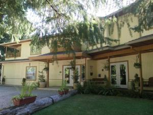 Cedar Wood Lodge Bed & Breakfast Inn - Bowser
