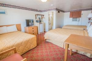 Triple Room with Three Queen Beds Auto Inn Motel & RV Park
