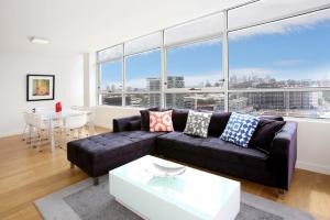 Gadigal Groove - Modern and Bright 3BR Executive Apartment in Zetland with Views - Sydney