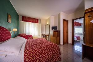 Hotel 5 Miglia, Отели  Ривизондоли - big - 29