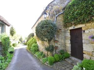 Exclusive Holiday Home in Yevre-le-Chatel with Lovely Garden