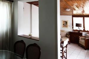 Spacious house next to Athens' coast, in Kalamaki, Apartments  Athens - big - 19