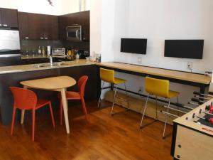 obrázek - Spacious Open Condo with 2 Beds Plus Parking!
