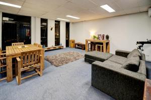 Warehouse Apartment + Netflix, Games Room and Sauna, Apartmanok  Melbourne - big - 1