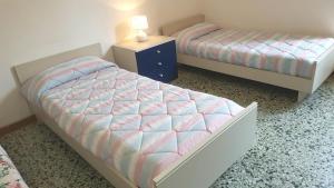 Zweibettzimmer mit eigenem Bad auf dem Gang