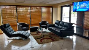 Days Inn & Suites by Wyndham Davenport, Hotely  Davenport - big - 28