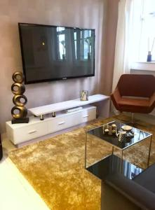 Large Boutique Style Apartment - Upper House, Apartmány  Hongkong - big - 56