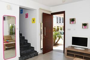 Villa Helen,Colonian beach villas, Vily  Meneou - big - 6