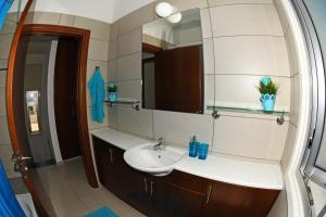 Villa Helen,Colonian beach villas, Vily  Meneou - big - 32