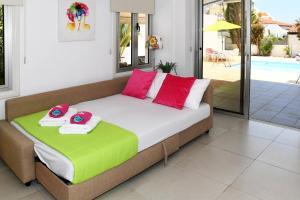Villa Helen,Colonian beach villas, Vily  Meneou - big - 23