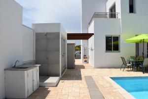 Villa Helen,Colonian beach villas, Vily  Meneou - big - 20