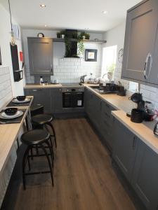 Prestwick Suites Deluxe Apartment - Annbank Station