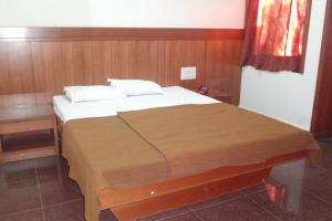 Auberges de jeunesse - 1 BR Guest house in Opp. Bus Stand, Dandeli (2E66), by GuestHouser