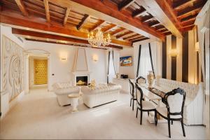 Trevi Fountain Luxury Home - abcRoma.com