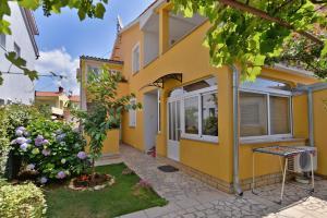 Apartments Milena 436, Apartments  Fažana - big - 1