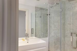 Bright 2BR Home in West Kensington 6 guests