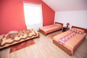 Triple Room Bilje 14318d, Guest houses  Bilje - big - 1