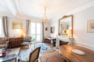 Veeve - French-style Allure in..