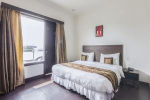 Boutique stay with free breakfast in Gurgaon, by GuestHouser 32708, Holiday homes - Gurgaon