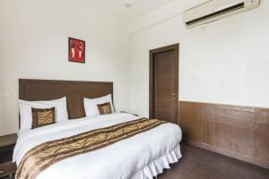 Boutique stay with free breakfast in Gurgaon, by GuestHouser 32708, Holiday homes  Gurgaon - big - 5