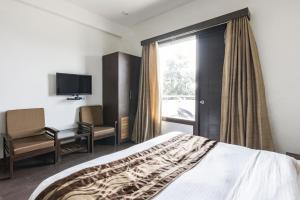 Boutique stay with free breakfast in Gurgaon, by GuestHouser 32708, Holiday homes  Gurgaon - big - 8