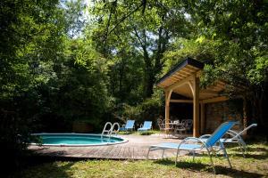 Belle maison de maître avec piscine et jardin au bord d un village médièval