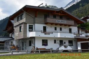Gästehaus Alpina - Hotel - St. Anton am Arlberg