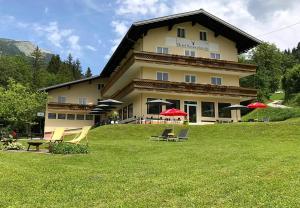 Hotel Kronenhirsch - Russbach am Pass Gschütt