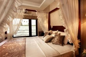 3 BR houseboat in Alappuzha, by GuestHouser 9023