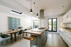 Beautiful 4 Bed House w/Garden in North London, Apartmanok  London - big - 1