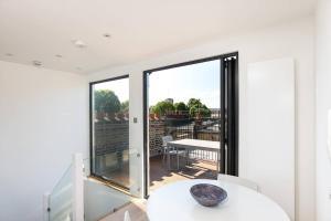 Luxury Top Floor Home In West Kensington W/Terrace, Ferienwohnungen  London - big - 17