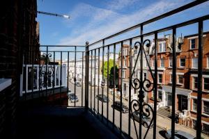 Luxury Top Floor Home In West Kensington W/Terrace, Ferienwohnungen  London - big - 40
