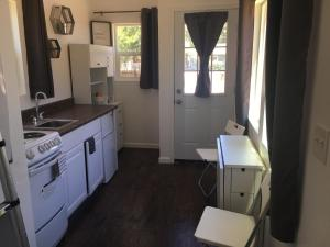 Modern Tiny House Cottage with Swing! - Accommodation - Redding