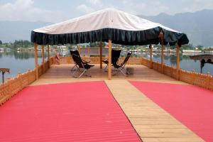 Houseboat with Jaccuzi on Nigeen Lake, by GuestHouser 4834, Hotely  Srinagar - big - 17