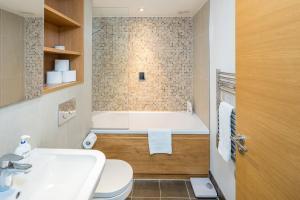 Modern 3 Bed, 2 Bath flat w/Garden in East Acton, Apartmány  Londýn - big - 4