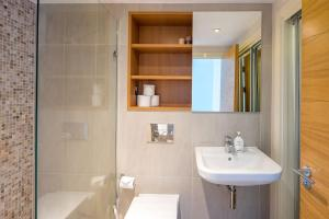 Modern 3 Bed, 2 Bath flat w/Garden in East Acton, Apartmány  Londýn - big - 7