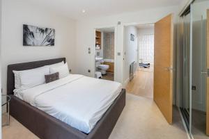 Modern 3 Bed, 2 Bath flat w/Garden in East Acton, Apartmány  Londýn - big - 10