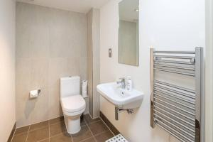 Modern 3 Bed, 2 Bath flat w/Garden in East Acton, Apartmány  Londýn - big - 11