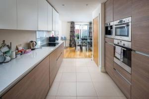 Modern 3 Bed, 2 Bath flat w/Garden in East Acton, Apartmány  Londýn - big - 12
