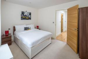 Modern 3 Bed, 2 Bath flat w/Garden in East Acton, Apartmány  Londýn - big - 13