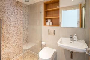 Modern 3 Bed, 2 Bath flat w/Garden in East Acton, Apartmány  Londýn - big - 20