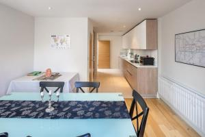 Modern 3 Bed, 2 Bath flat w/Garden in East Acton, Apartmány  Londýn - big - 25
