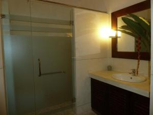 Refurbished Colonial house wit..