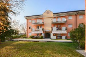 Apartment with communal pool close to Lake Garda - AbcAlberghi.com