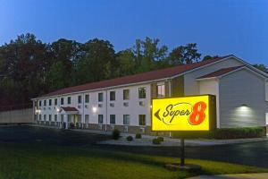 Super 8 by Wyndham Radcliff Ft. Knox Area