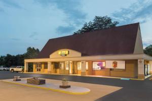 Super 8 by Wyndham Asheville Airport - Hotel - Fletcher