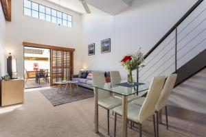 Awesome 1 Bed Loft/Courtyard Apartment in New Farm