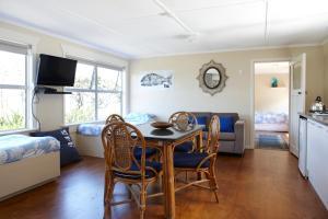 Tipi and Bobs Waterfront Lodge, Turistaházak  Tryphena - big - 104